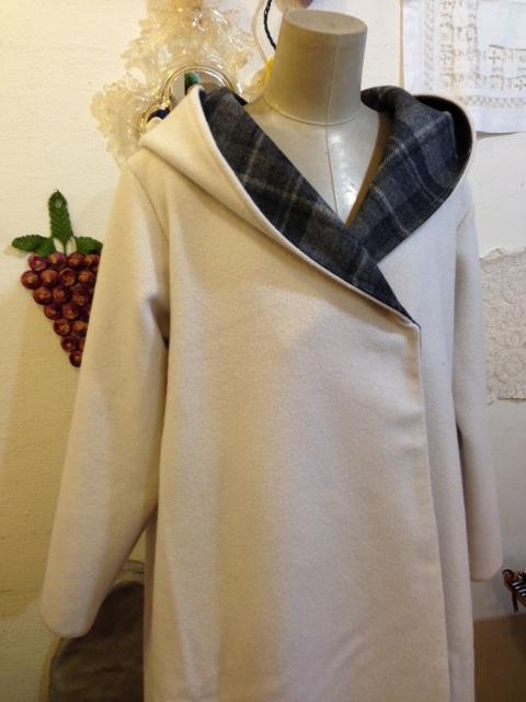 ウールのフード付きコート